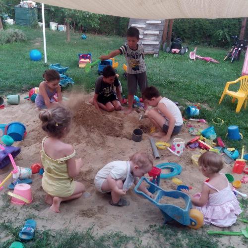 A homokozó a gyerekek találkozó helye.